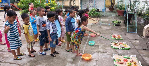 Trẻ hợp tác khi chơi